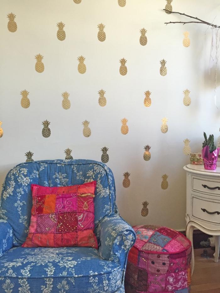 chambre fille ado aux murs blancs décorés de stickers ananas dorés avec fauteuil et tabouret à design floral