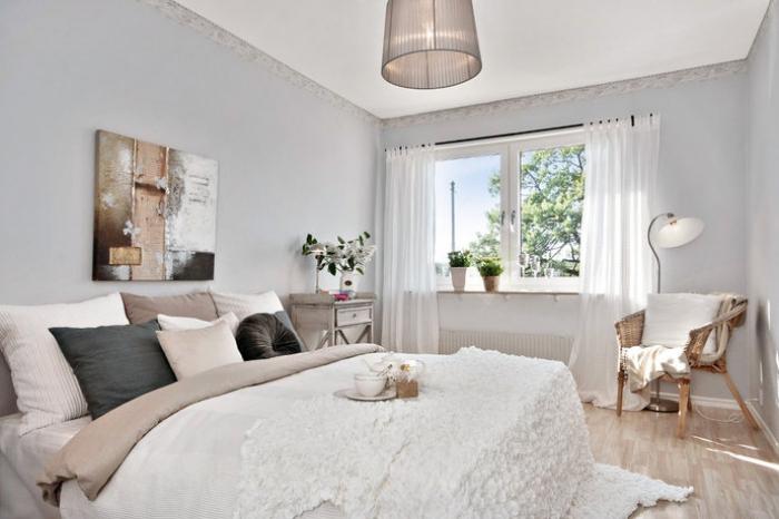 idée aménagement chambre ado à design cocooning avec chaise rattan et grand lit couvert de plaids et de coussins décoratifs
