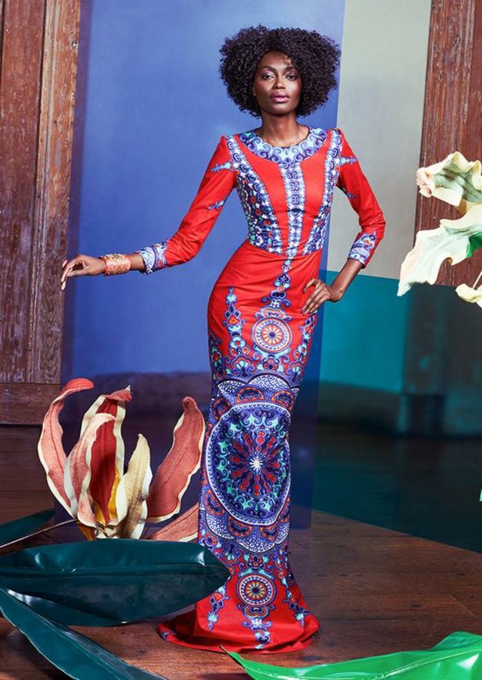 modèle élégant de robe africaine avec des manches longues, style pagne africain, en bleu et rouge, avec décolleté rond sublime par des décorations en bleu turquoise