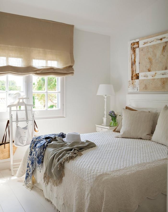 idée pour l'association couleur beige avec blanc, aménagement de la chambre à coucher à esprit campagne avec touches bohème