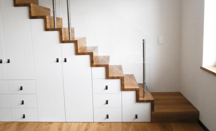 amenagement sous pente aux portes blanches, couloir aux murs blancs avec escalier de bois