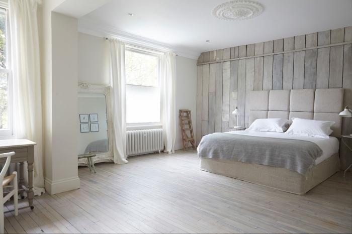 couleur ecru dans la chambre à coucher aménagé en style minimaliste avec espace libre et meubles de bois clair