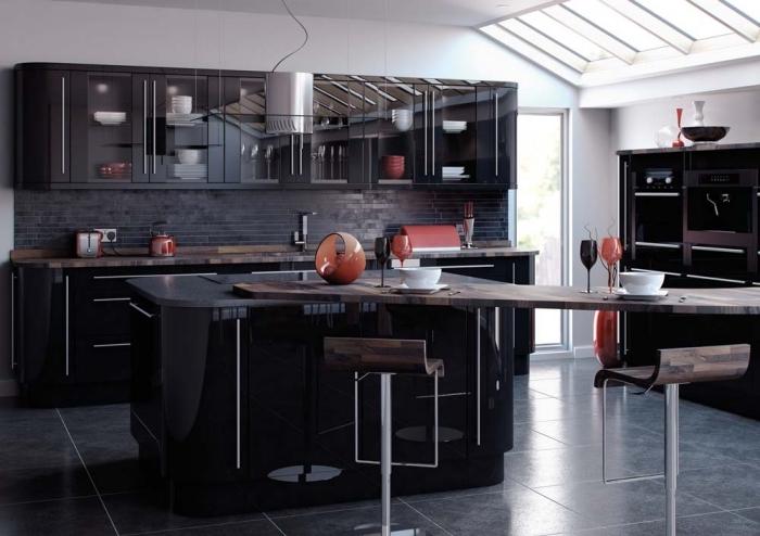 comment adopter la couleur noire dans la cuisine, plafond blanc avec fenêtres de toit et éclairage led