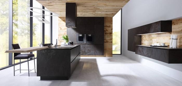 espace ouvert avec fenêtres surdimensionnées et plancher de bois clair, deco cuisine scandinave avec revêtement de plafond partiel en bois clair