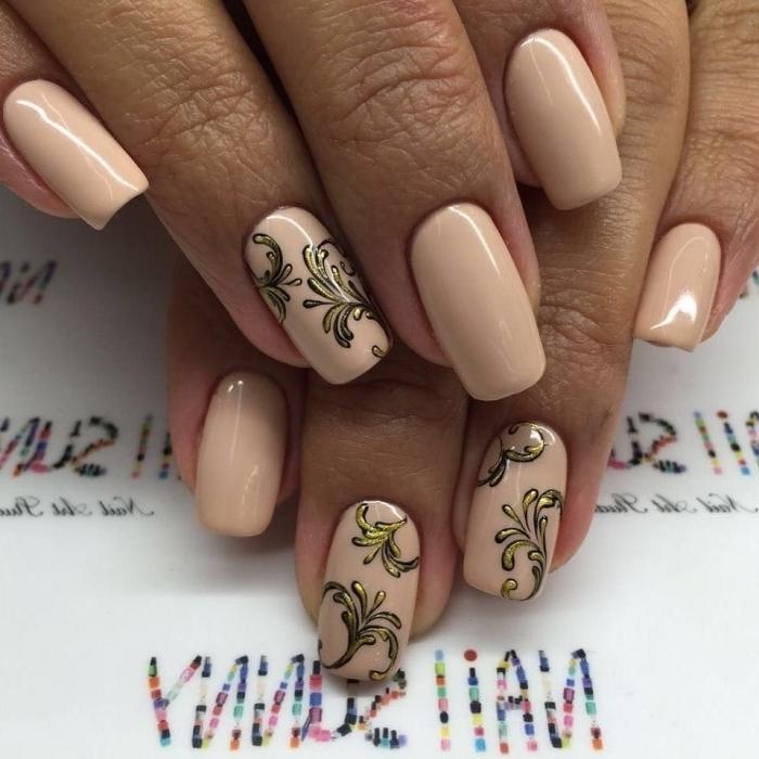 couleur ongle nude avec déco simple à design feuille dorée, extensions gel pour ongles courts