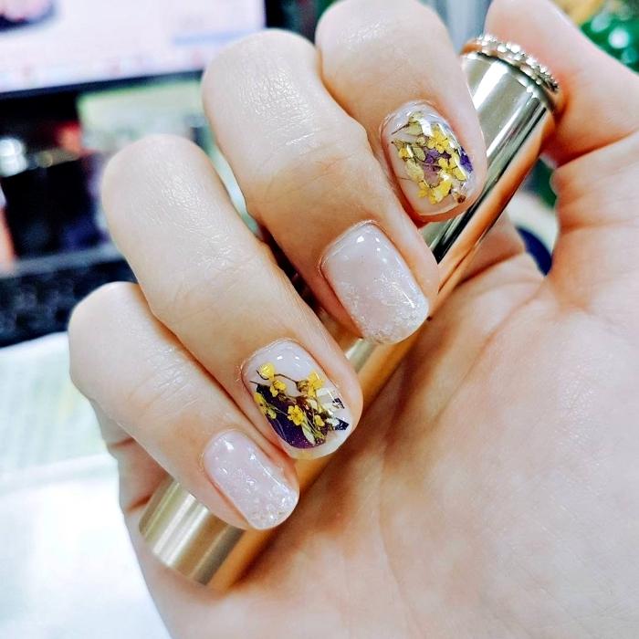 idée manucure pour ongles courts, vernis gel blanche avec décoration à design fleurs sechées
