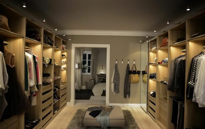 petit dressing, tabouret gris, tapis gris carré, armoires penderies illuminées