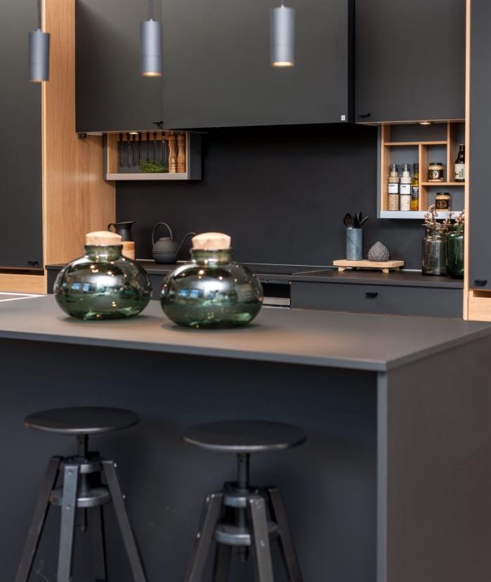 modèle de cuisine avec îlot central de couleur gris anthracite, cuisine noir mat ikea avec finitions en bois clair