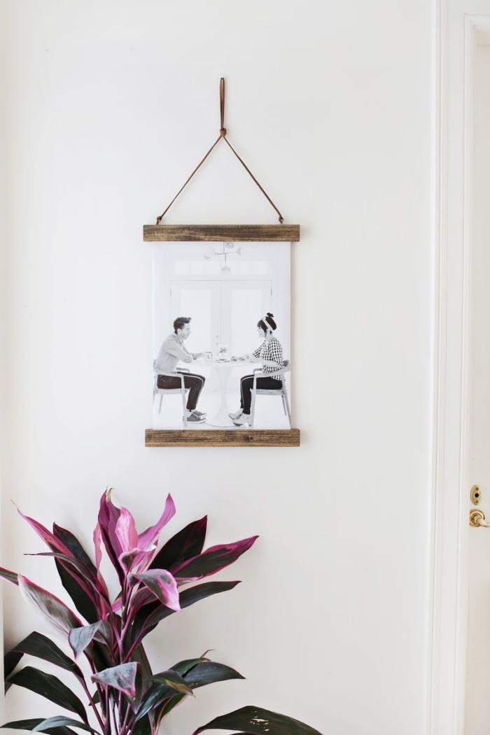 peinture chambre ado, décoration murale en forme de photo imprimé blanc et noir avec cadre bois et suspension