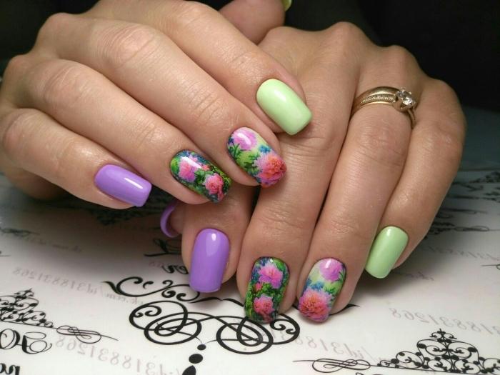 couleur tendance 2018, ongle gel deco en violet et vert avec dessin florale, extensions gel sur ongles courts