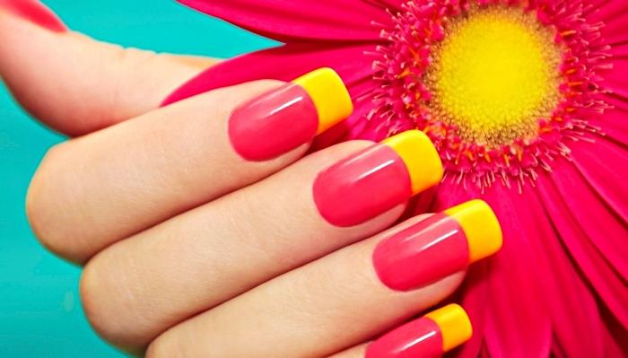 variation de la manucure française en couleur rouge et jaune, extensions ongles en gel