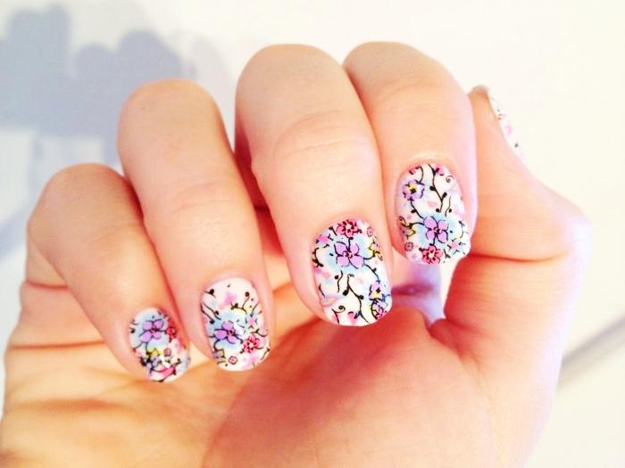 ongles courts avec nail art décoration en formes florales et feuilles de couleurs violet et rose