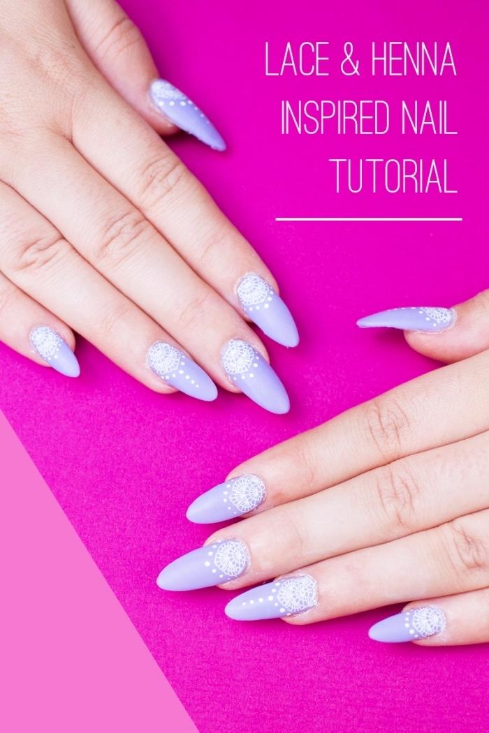 choisir son gel pour ongle tendance de couleur violet pastel, nail art sur base violet avec décoration blanche à design mandala