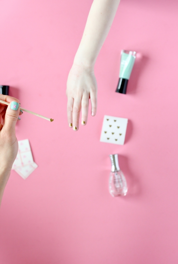 outils et produits pour réaliser nail art à la maison, modèle d'ongles courts décorés avec vernis et coeurs dorés