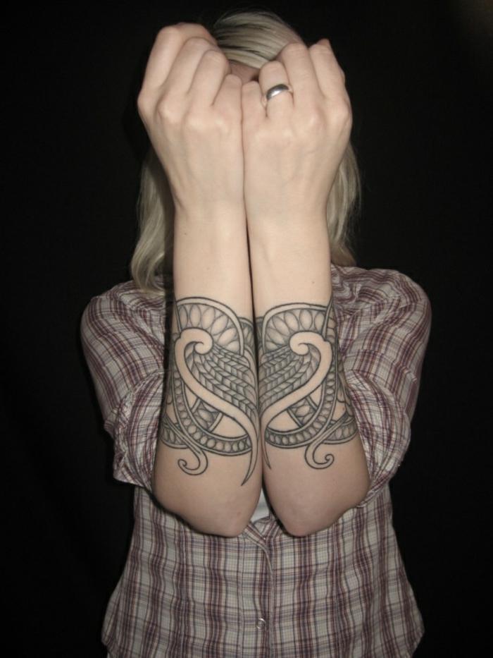 Beau tatouage viking bras un tatouage guerrier femme tatouage mains cool idée