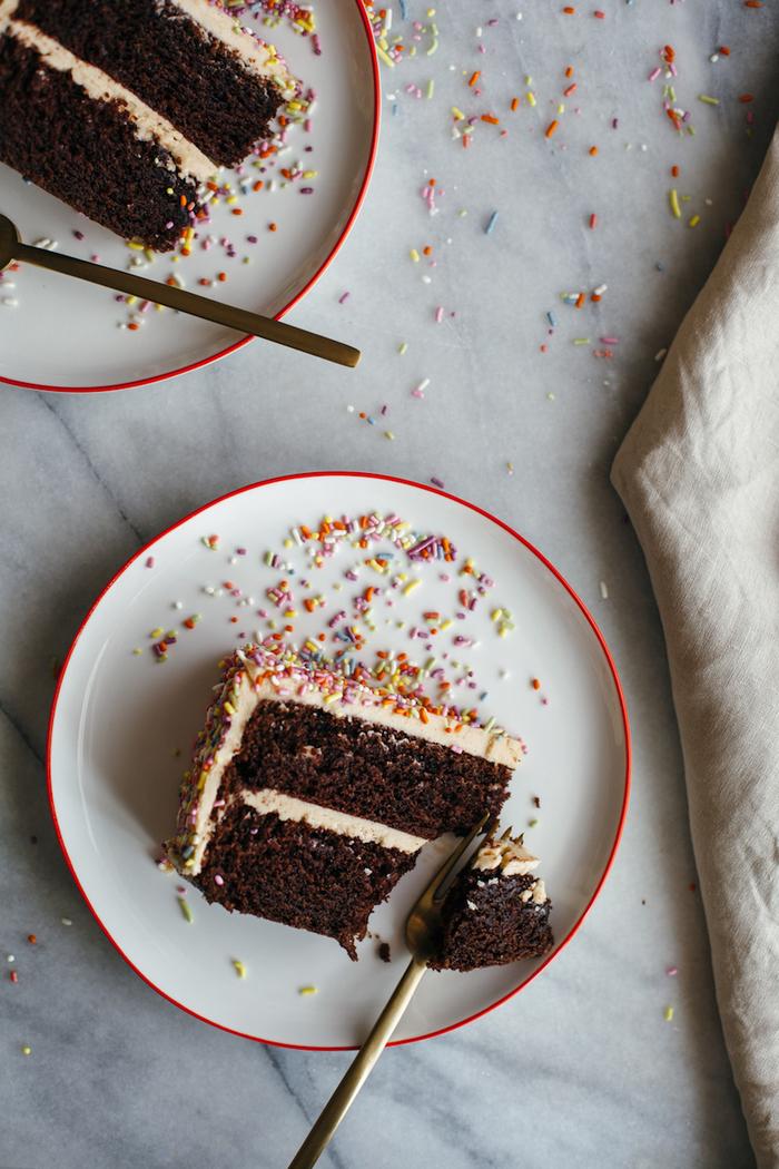 gateau au chocolat rapide à la crème de cacahuètes parsemé de vermicelles colorées, idée pour un gâteau pour toutes occasions