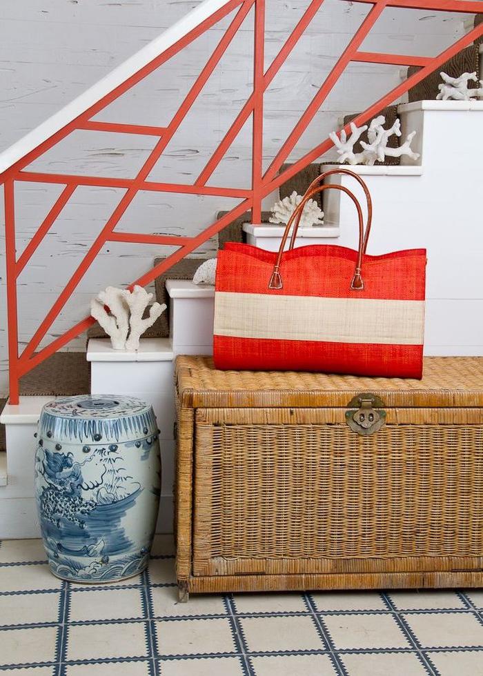 idée originale pour repeindre escalier et personnaliser sa rambarde métallique grâce à un coup de peinture de couleur vibrante, idée pour une déco montée d'escalier avec une rambarde colorée en contraste avec les murs blancs