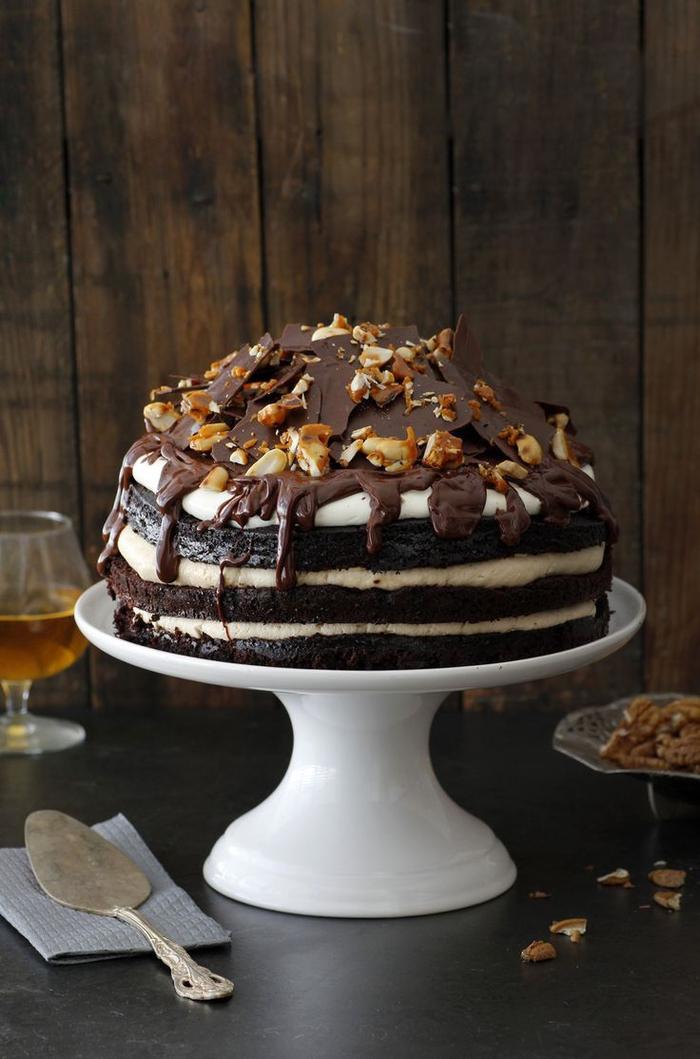 recette de gâteau au chocolat facile et décadent, naked cake moelleux au chocolat et whiskey avec crème au café et whiskeu et ganache chocolat