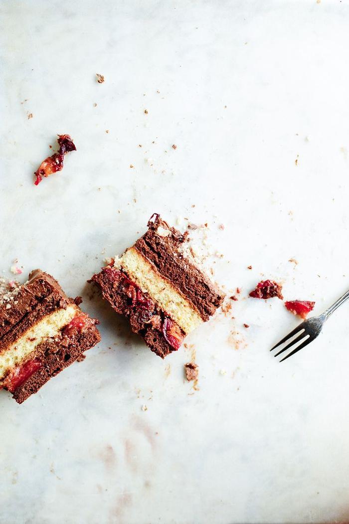 recette gateau au chocolat facile avec fruits de saison, recette de gâteau au chocolat et aux prunes rôties
