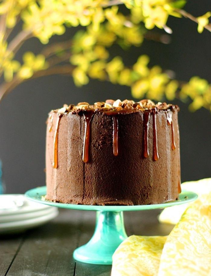 recette gâteau au chocolat anniversaire en version vegant avec amandes, sauce caramel et crème au beurre chocolat