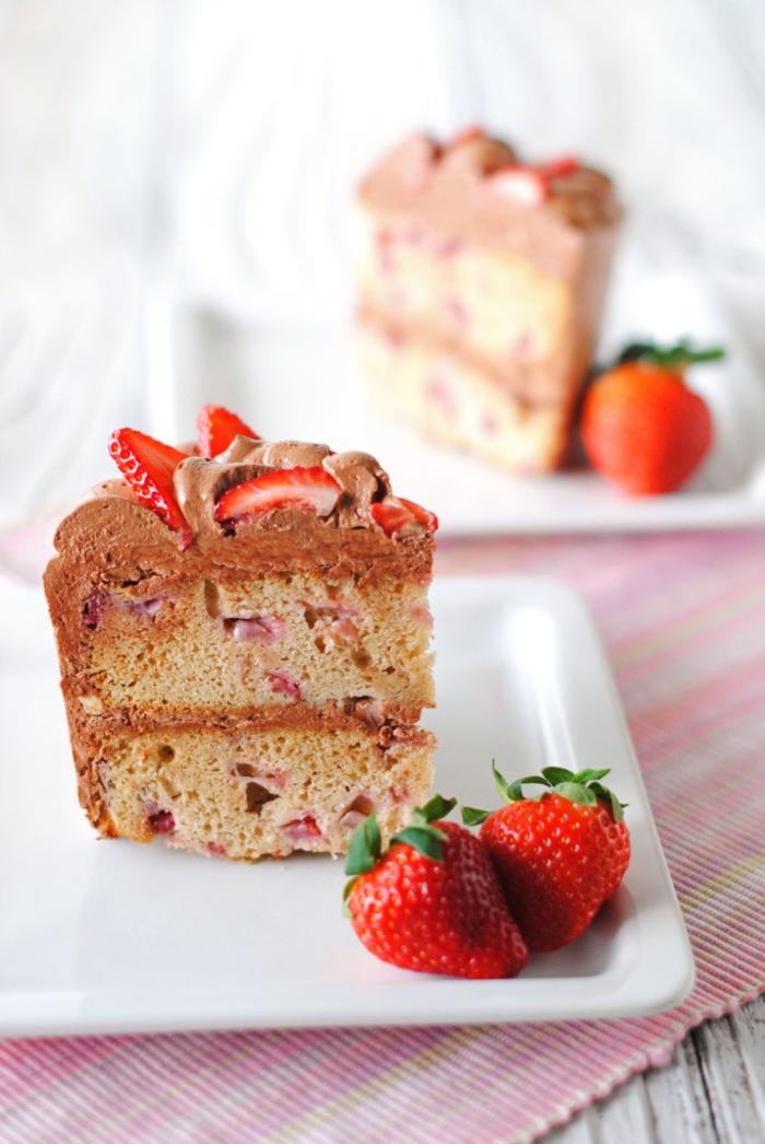 un gateau saint valentin aux fraises, à la cannelle et au ganache de crème beurre au chocolat et à la fraise