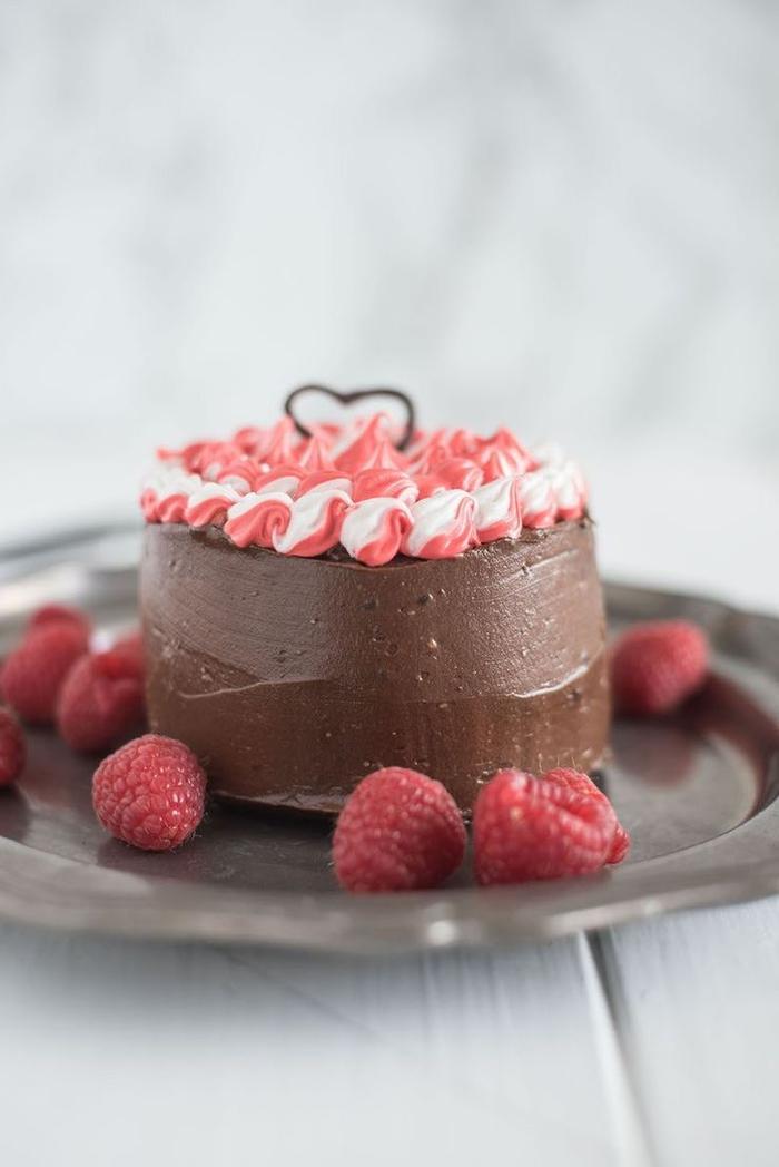 recette de mini-gateau saint valentin avec ganache au chocolat décoré de ganache colorée