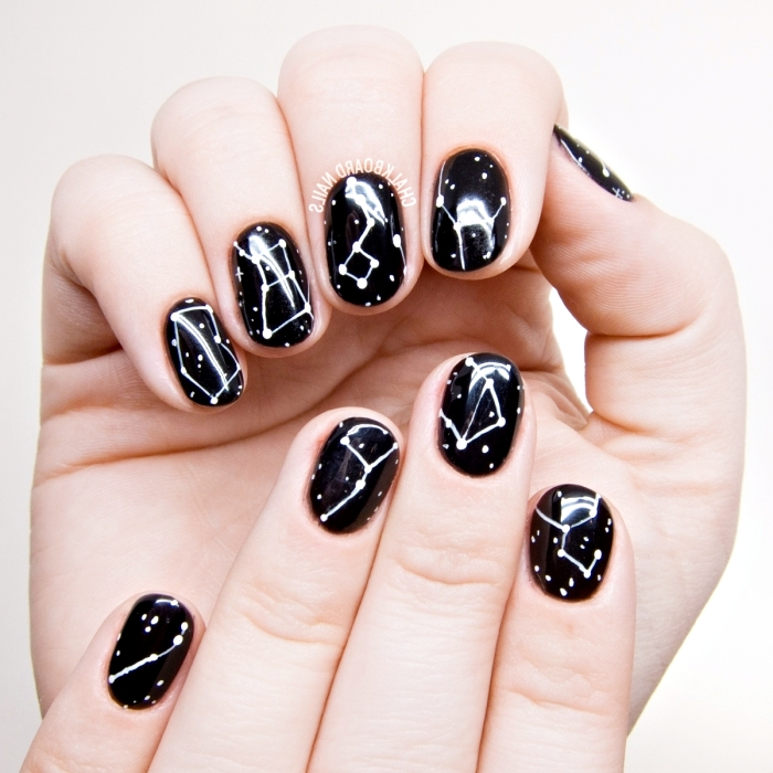 décoration à design constellation sur base noire avec étoiles blanches, idée manucure pour ongles courts