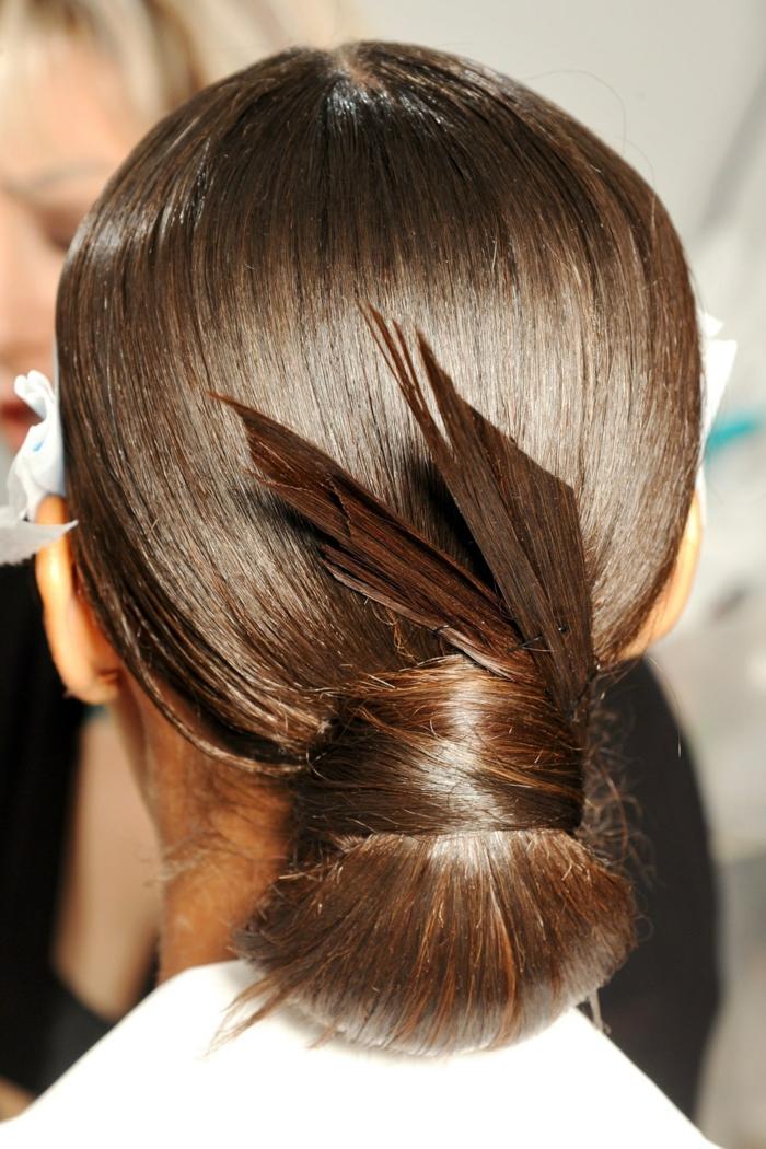 chignon bas cheveux lisses et lumineux, accessoire de cheveux original, cheveux couleur chatain
