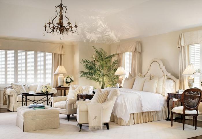 idée association couleur beige avec blanc et marron pour l'aménagement de la chambre à coucher parentale à esprit exotique avec une plante verte