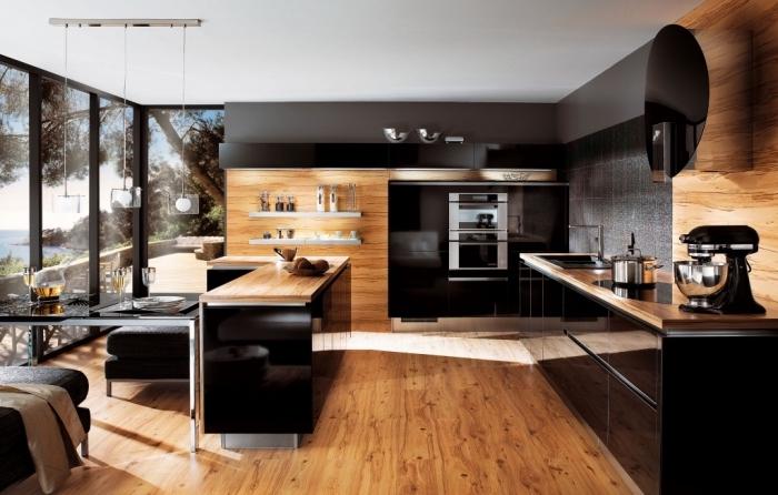 étagère murale de bois peintes en blanc accrochées sur murs de bois clair, cuisine bois et noir