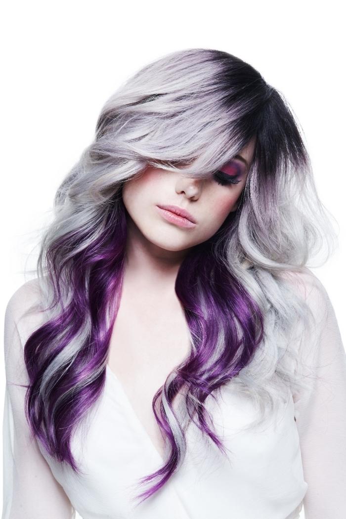 cheveux gris pastel avec racines noires, extensions à clips de couleur violet prune, tendance coloration de 2018