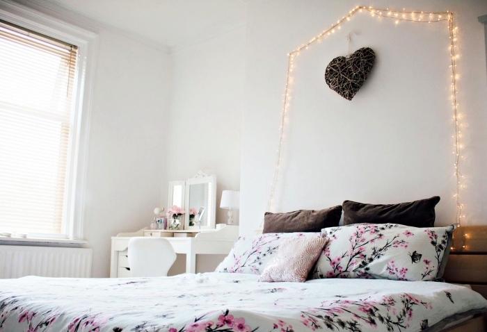 chambre d ado fille au plafond et murs blancs décorés d'une guirlande lumineuse et coeur diy