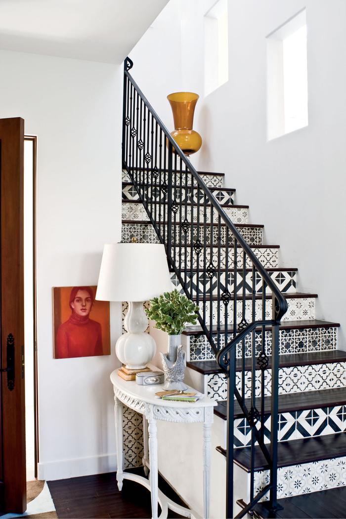"""habillage escalier tendance en carreaux de ciment noir et blanc pour dynamiser la montée d""""escalier monochrome"""