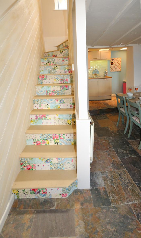 projet de petit budget pour la renovation escalier étroit, contremarches revêtues de stickets à motif floral qui font ressortir les marches d'escalier en bois naturel