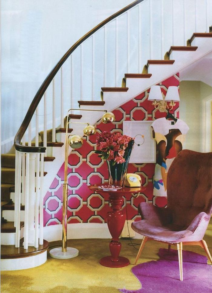 deco montee escalier en couleurs vibrantes concetrées en dessous de l'escalier avec un coin de repos vintage en jaune, rose et pourpre