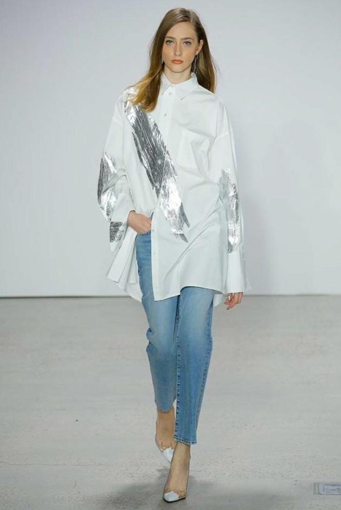 chemise blanche manches longues style classique, des grandes bandes argentées en diagonale sur le tissu blanc, tenue chic et choc