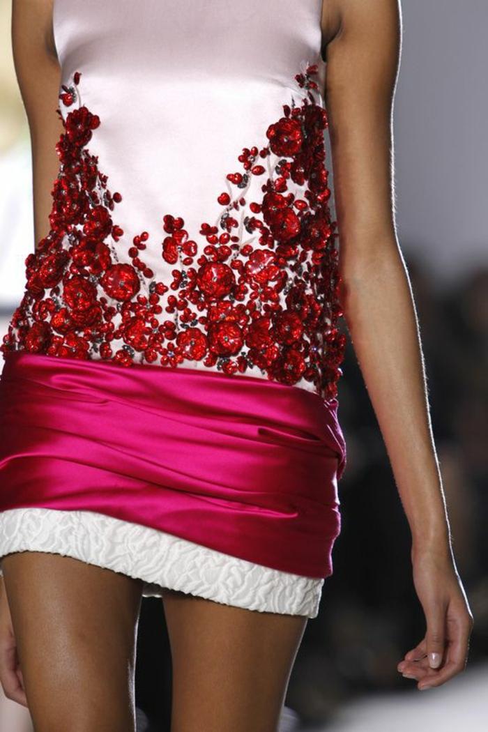 mini robe en blanc et fuchsia avec des pierres rouges Swarovski sur le top blanc satin sans manches, soirée chic détail choc