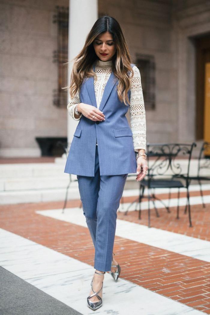 une vision féminine en costume femme avec blazer ajusté sans manche porté sur blouse dentelle