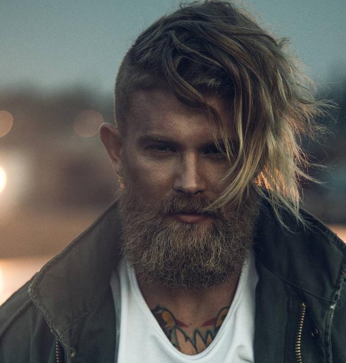 hipster viking avec barbe taillée et cheveux longs blonds cotés courts
