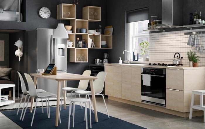 rangement de cuisine en bois clair sur murs de couleur gris anthracite, modeles de cuisine bois et noir