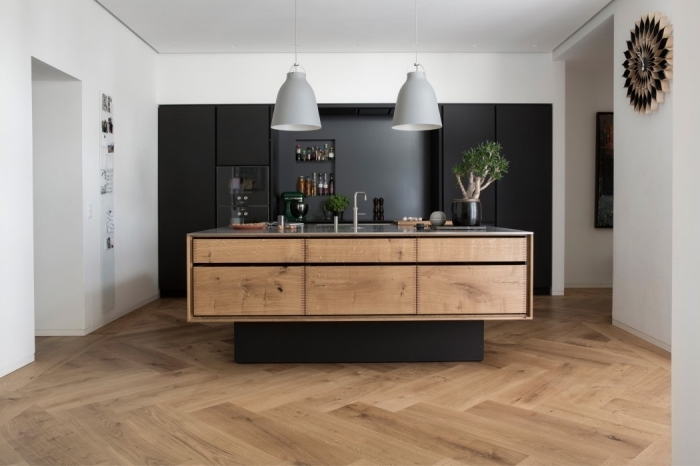 comment aménager une cuisine large avec ilot central, cuisine bois massif aux murs blancs et plafond suspendu