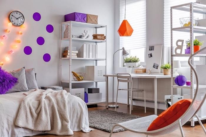 décoration murale de papier violet en cercles, déco facile pour la chambre d ado en couleur tendance 2018