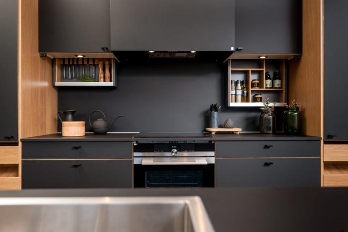 meubles hauts et bas de cuisine en couleur noire matte avec finition en bois clair et éclairage led, cuisine équipée