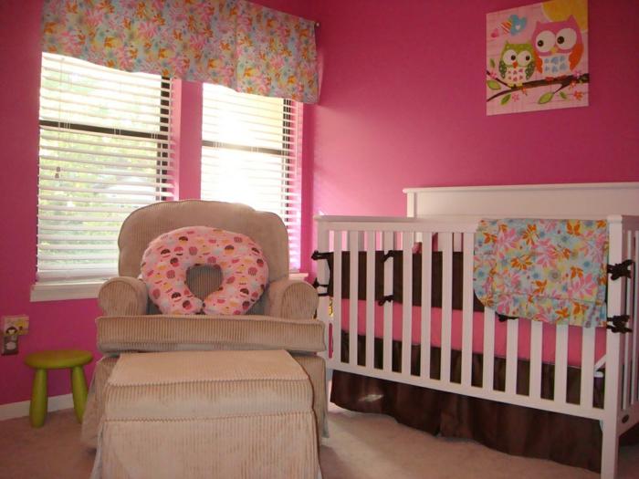 idée déco chambre bébé fille, fauteuil beige, tabouret vert, murs roses