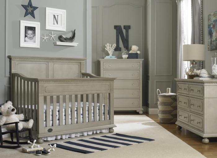 idée déco chambre bébé mixte, lit en bois, tapis blanc, carpette rayée, commodes vintage