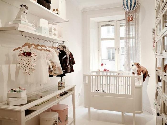 idée déco chambre bébé mixte, dressing mural, lit élégant, étagère blanche