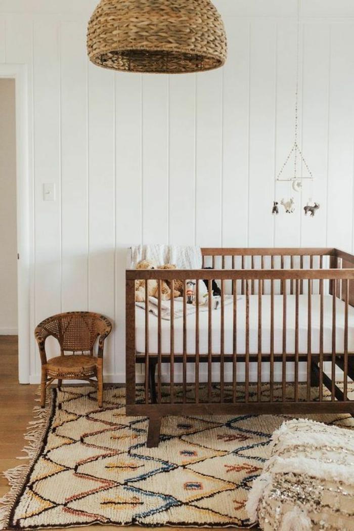 idée déco chambre bébé mixte, abat-jour tressé, chaise en rotin, mur blanc