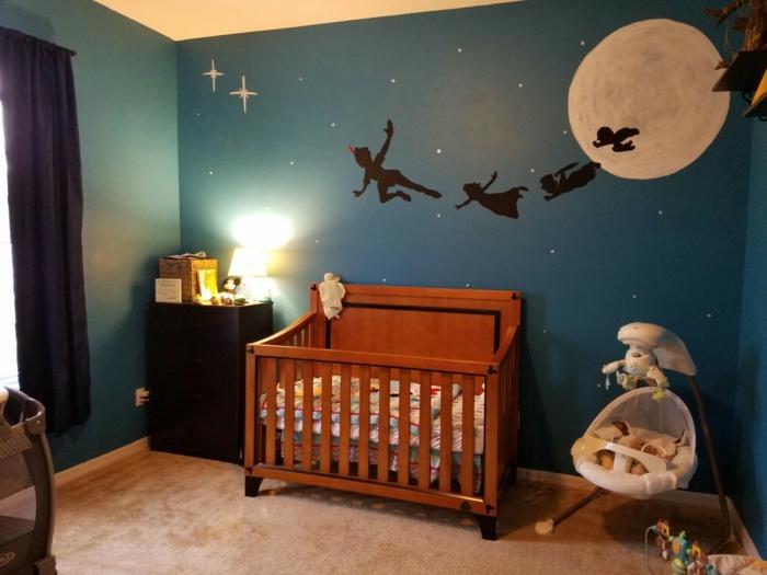 idée déco chambre d'enfant, lit en bois et couffin bébé, tapis taupe, rideaux