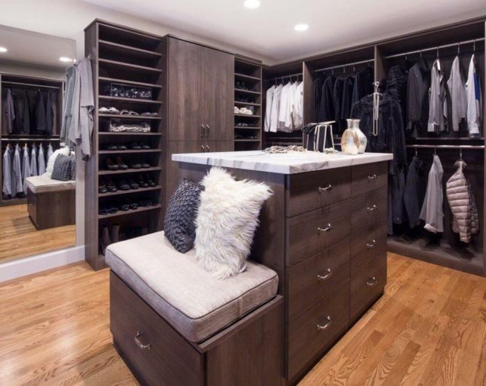 idée déco dressing, île dressing avec tiroirs, armoires penderies, aménagement pièce masculine