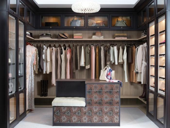 idée déco dressing féminin, armoire penderie couleur taupe, luminaire rond, étagères avec vitrines